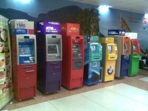 Eine Reihe ATMs am Flughafen in Phuket